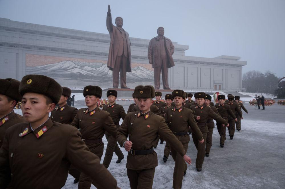 جنود الجيش الكوري الشمالي يستعدون لمراسم تكريم ذكرى الزعيمين السابقين كيم إل  سونغ وكين جونغ إل، خلال يوم الذكرى الوطني على تل مانسو، بيونغ يانغ، كوريا الشمالية 17 ديسمبر/ كانون الأول 2018