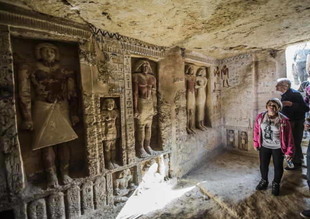 زوار يدخلون قبرًا تم اكتشافه حديثًا في مقبرة سقارة، على بعد 30 كيلومترًا جنوب العاصمة المصرية القاهرة، في 15 ديسمبر/ كانون الأول 2018، ينتمي إلى رئيس الكهنة واهتي الذي خدم خلال فترة حكم الفرعون نفر إر كا رع الخامس (ما بين 2500 و 2300 عامًا) قبل الميلاد). وقالت الوزارة في بيان ان القبر المحمي بشكل جيد مزين بزخرفة تظهر مشاهد من حياة الكاهن الملكي بجانب والدته وزوجته وأفراد آخرين من عائلته.