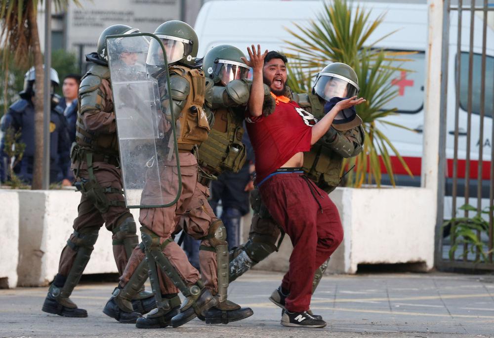 الشرطة التشيلية تلقي القبض على أحد المتظاهرين في فالبارايسو، تشيلي 18 ديسمبر/ كانون الأول 2018