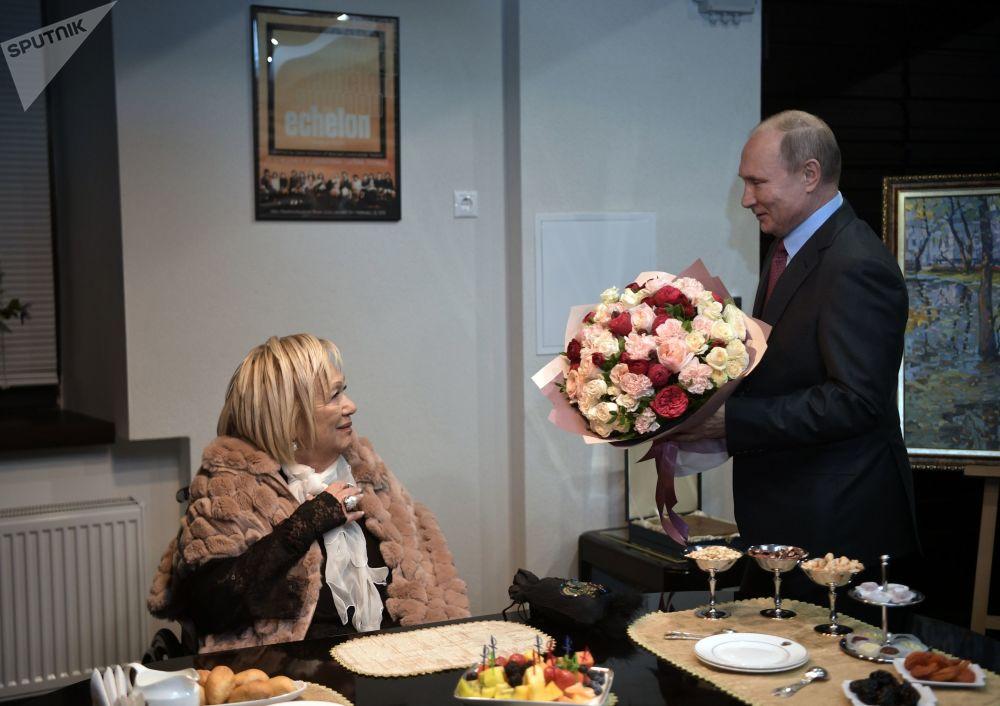 الرئيس فلاديمير بوتين يهنئ غالينا فولتشيك، مديرة المسرح المعاصر سوفريمينيك الروسي 19 ديسمبر/ كانون الأول 2018