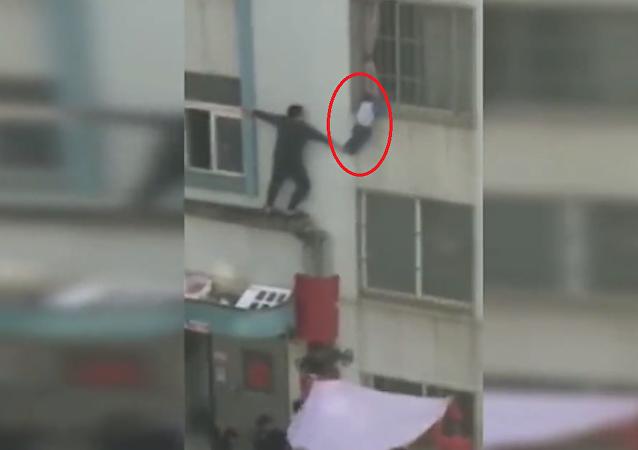 إنقاذ طفل متدلي من الطابق الثاني