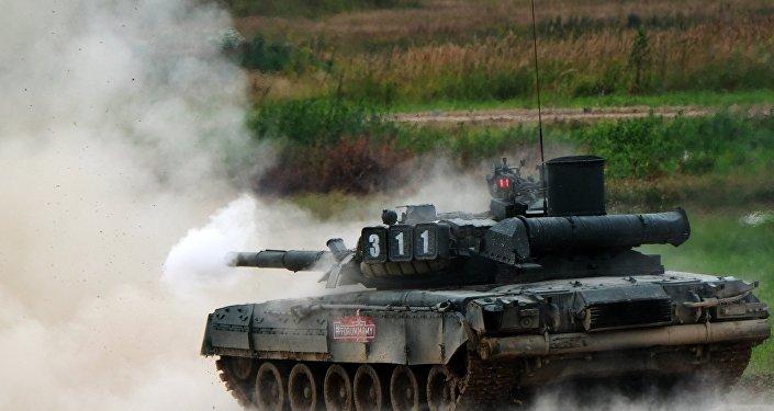 """دبابات """"تي-80"""" تعبر حاجزا مائيا عمقه 5 أمتار خلال المناورات… فيديو"""