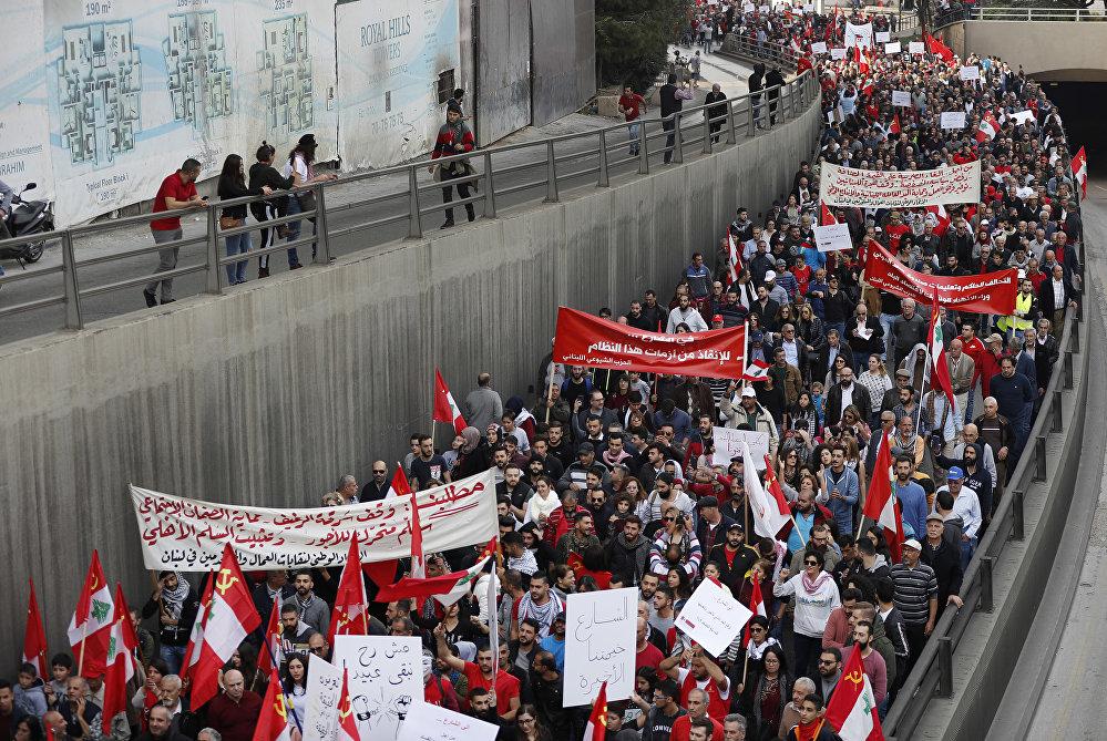 شيوعيون خلال تظاهرة مطلبية في لبنان