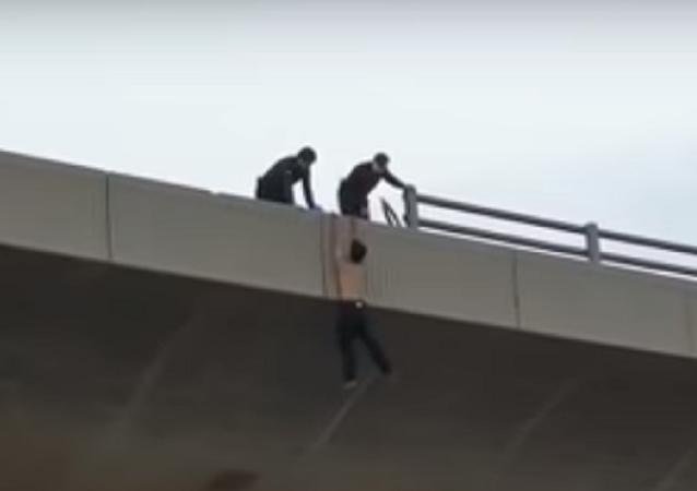 بالفيديو... الأمن السعودي يتمكن من إنقاذ شاب حاول الانتحار