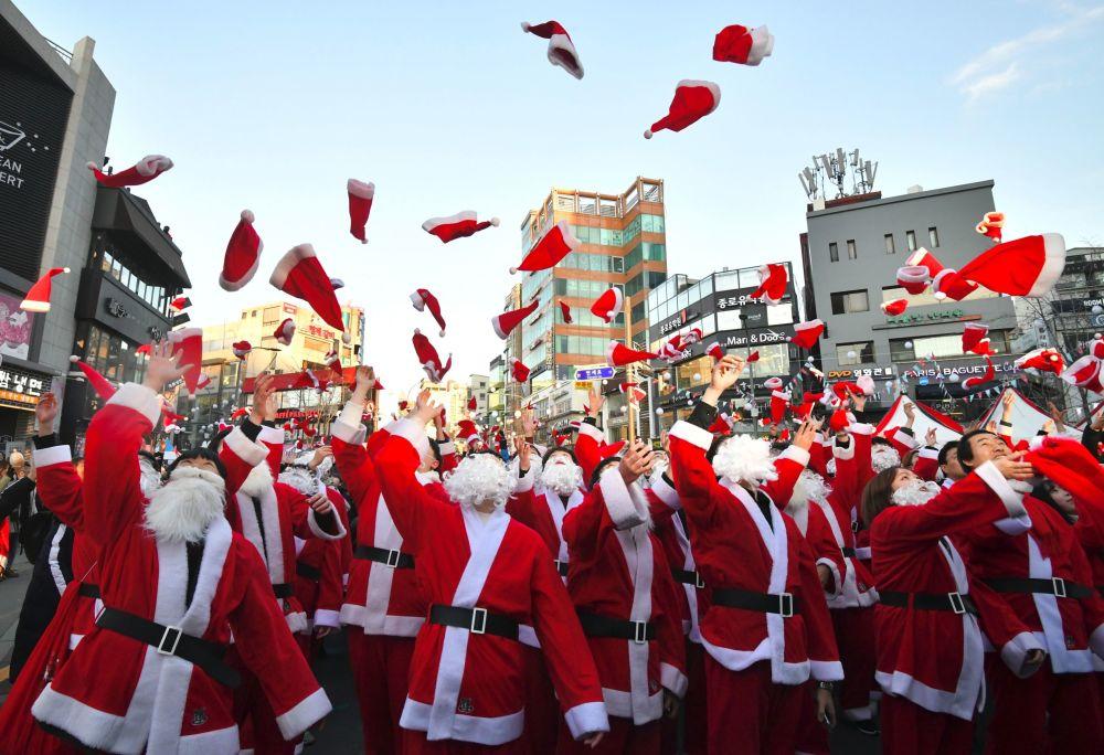متطوعون في أزياء سانتا كلوز قبل تقديم الهدايا للأسر الفقيرة في سيول، كوريا الجنوبية