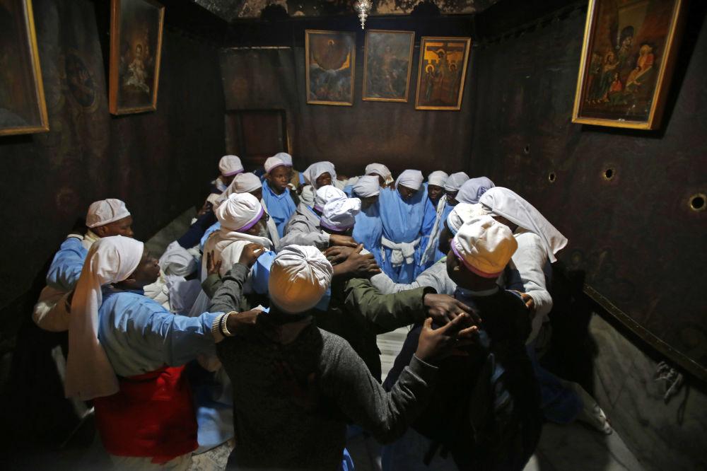 الحجاج النيجيريين في كنيسة المهد في بيت لحم
