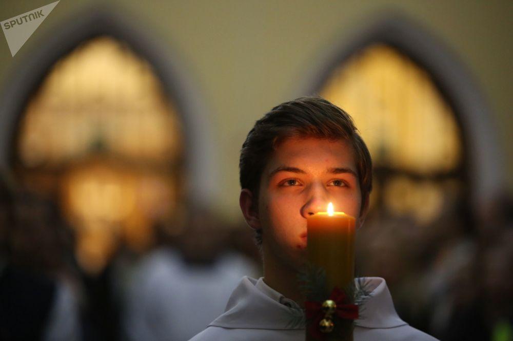 كاهن في قداس عيد الميلاد في الكاثدرائية الرومانية الكاثوليكية في موسكو
