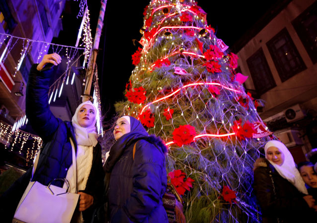 سكان دمشق يحتفلون بعيد الميلاد