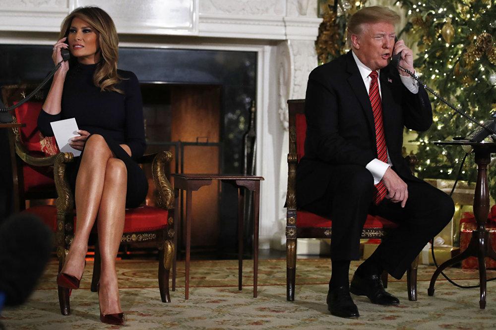 الرئيس الأمريكي دونالد ترامب وزوجته ميلانيا خلال تلقي معلومات عن مرور سانتا كلوز عشية عيد الميلاد