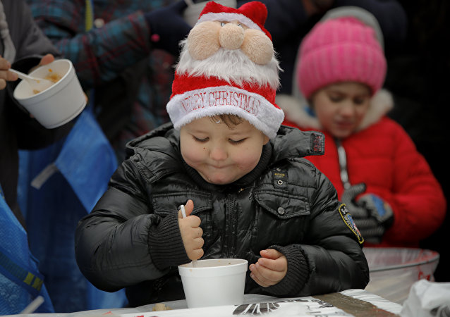 طفل يأكل
