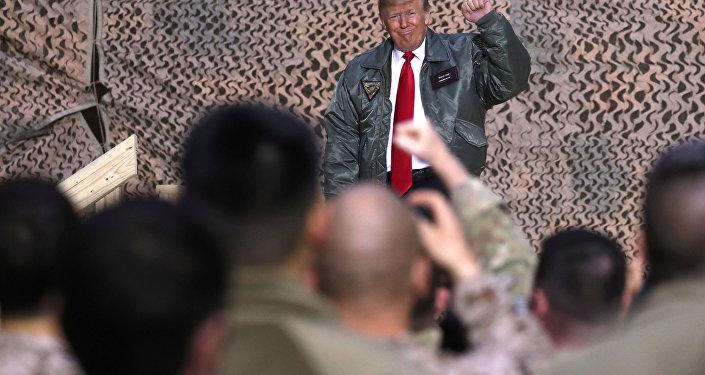 الرئيس الأمريكي دونالد ترامب خلال زيارة قاعدة الأسد الجوية في العراق