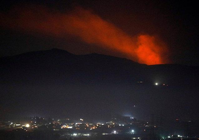 الدخان يتصاعد من الجبل كما شوهد من ريف دمشق
