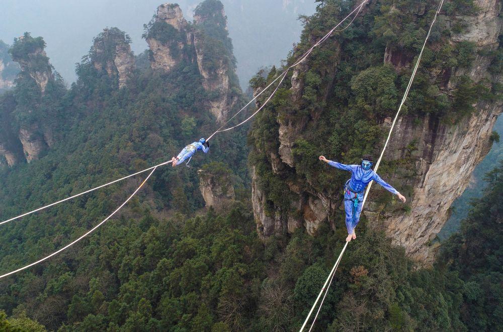 المشاركان في زي شخصيات فيلم أفاتار، خلال منافسة في جبال تيانزي في مقاطعة هونان في الصين.