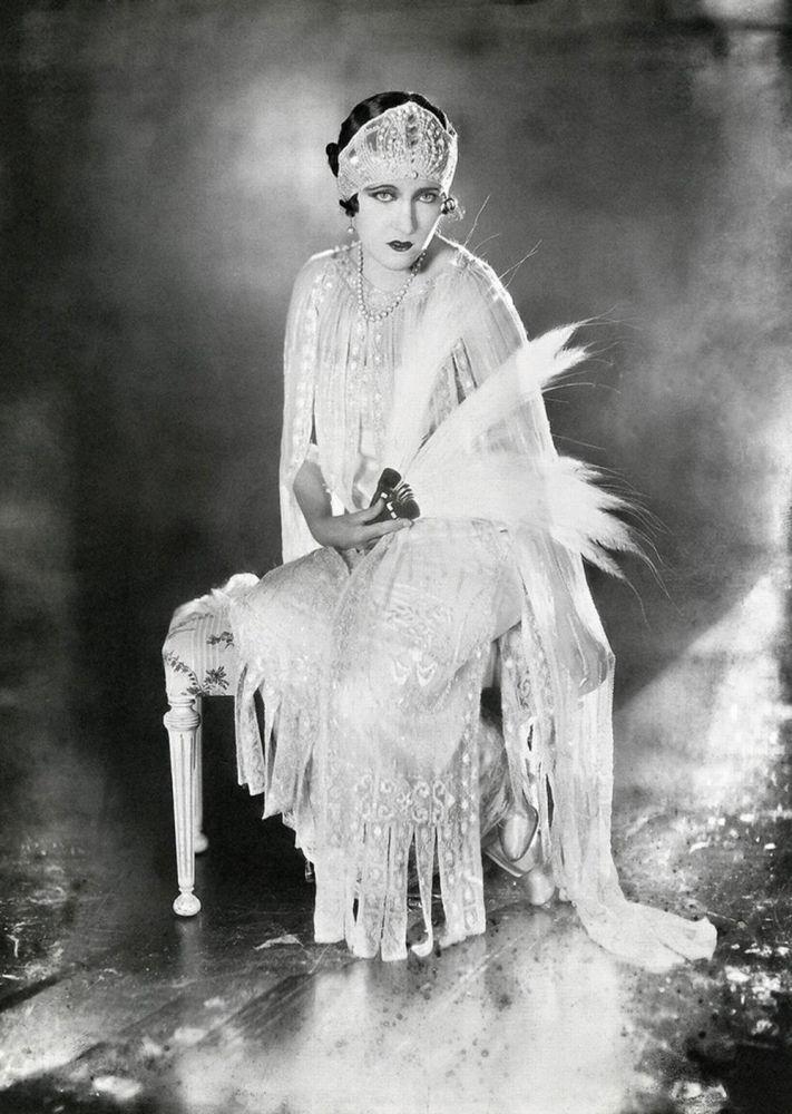 الممثلة الأمريكية للسينما الصامتة غلوريا سوينسون عام 1921