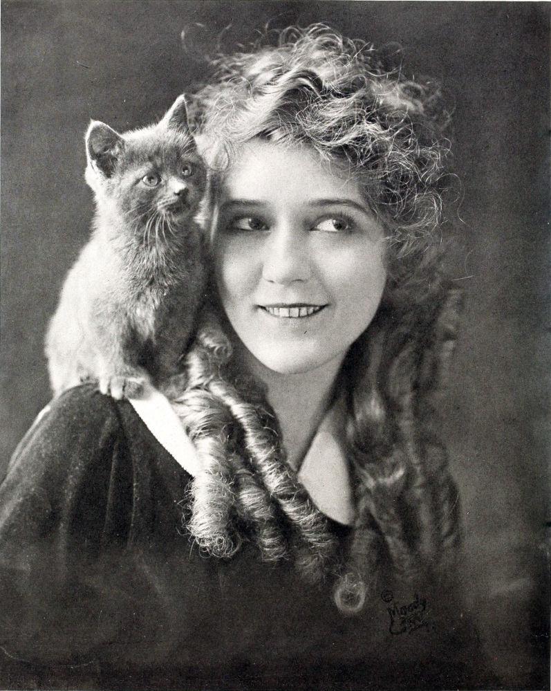 الممثلة الأمريكية للفيلم الصامت ماري بيكفورد، عام 1916