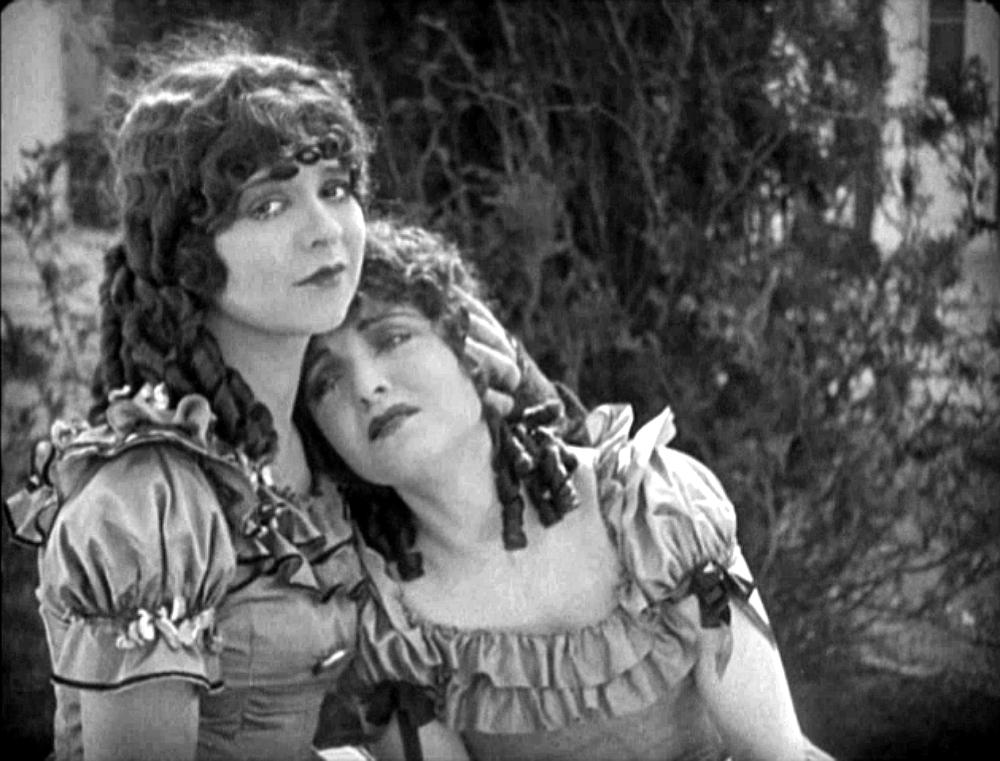 نجمة الفيلم الصامت ورمز جنسي في عشرينات القرن العشرين، كلارا بو