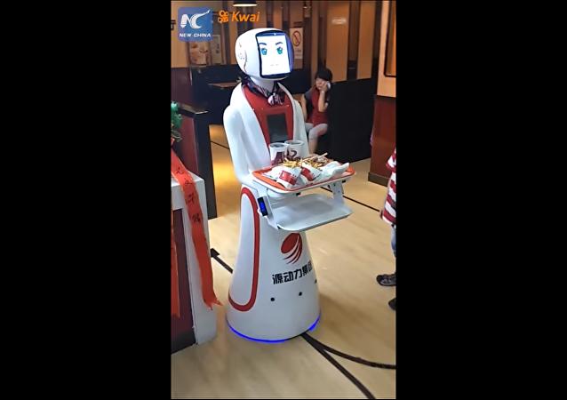 روبوت يعمل في مطعم
