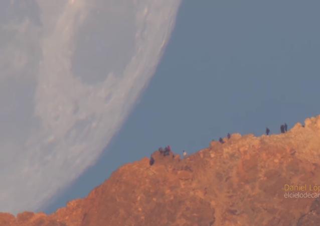 القمر يقترب من الأرض
