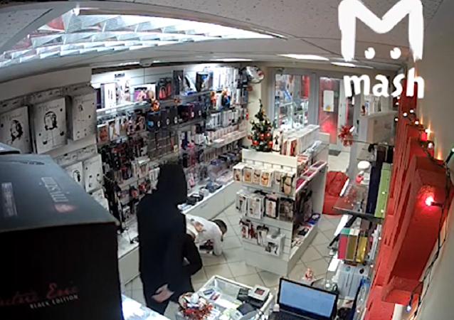 شاهد ماذا حصل للص حاول سرقة متجر للاكسسوارات الجنسية