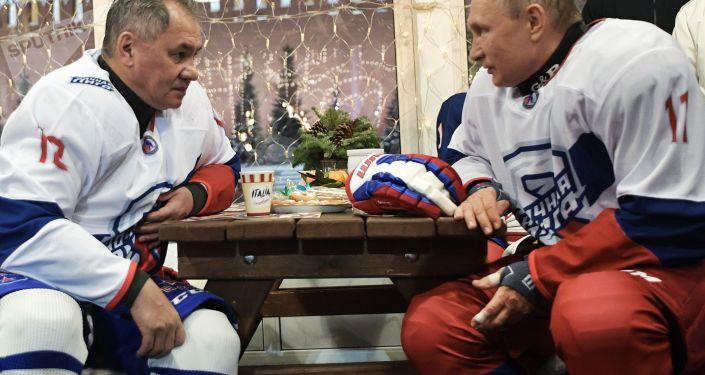 الرئيس الروسي فلاديمير بوتين مع وزير الدفاع الروسي سيرغي شويغو خلال مباراة الهوكي في موسكو