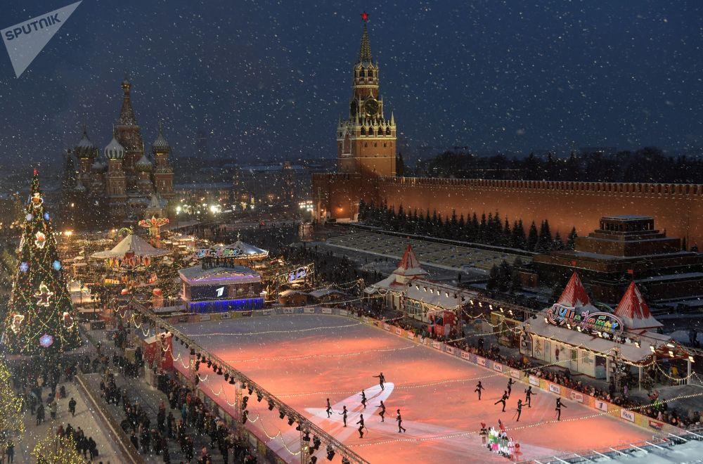 حلبة التزلج في الساحة الحمراء في موسكو