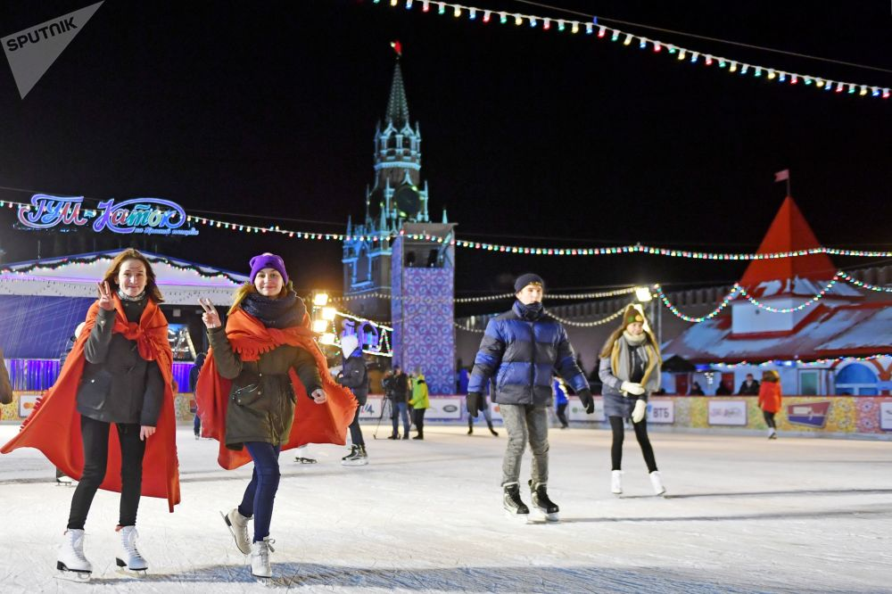 الزوار خلال افتتاح حلبة التزلج في الساحة الحمراء في موسكو