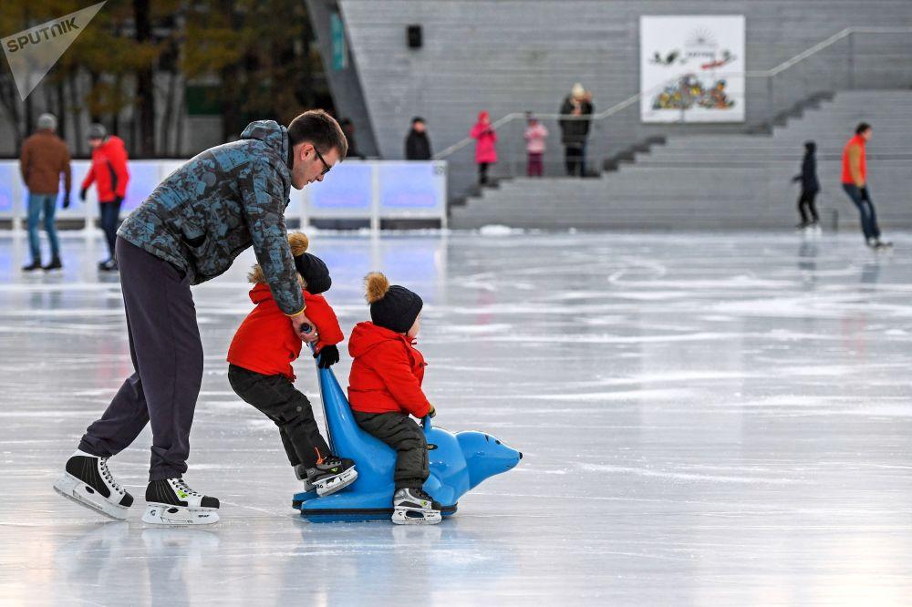 الزوار على حلبة تزلج اصطناعية في حديقة سوكولنيكي في موسكو