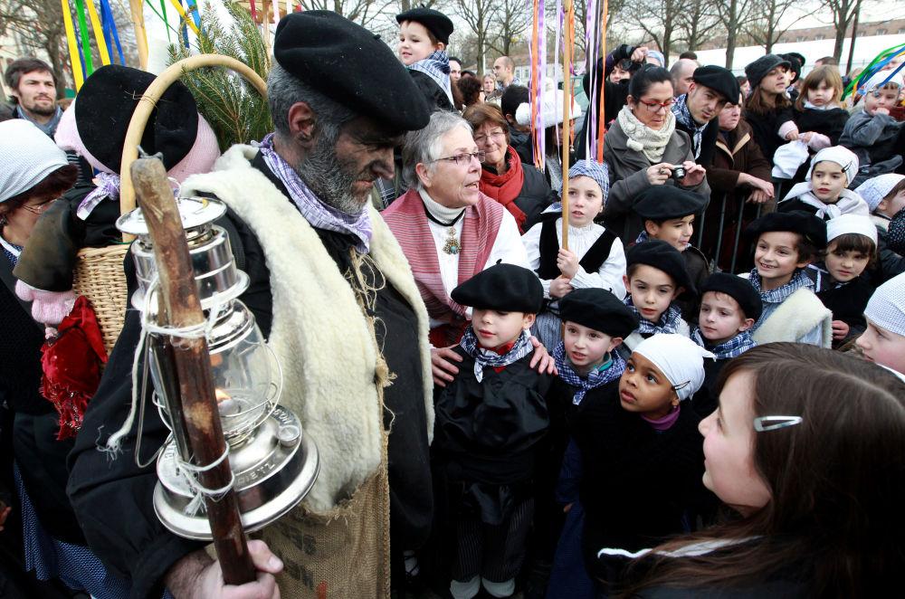 الاحتفال بعيد الميلاد في بايون، جنوب فرنسا والشخصية الخرافية صانع الفحم يقدم الحلويات للأطفال
