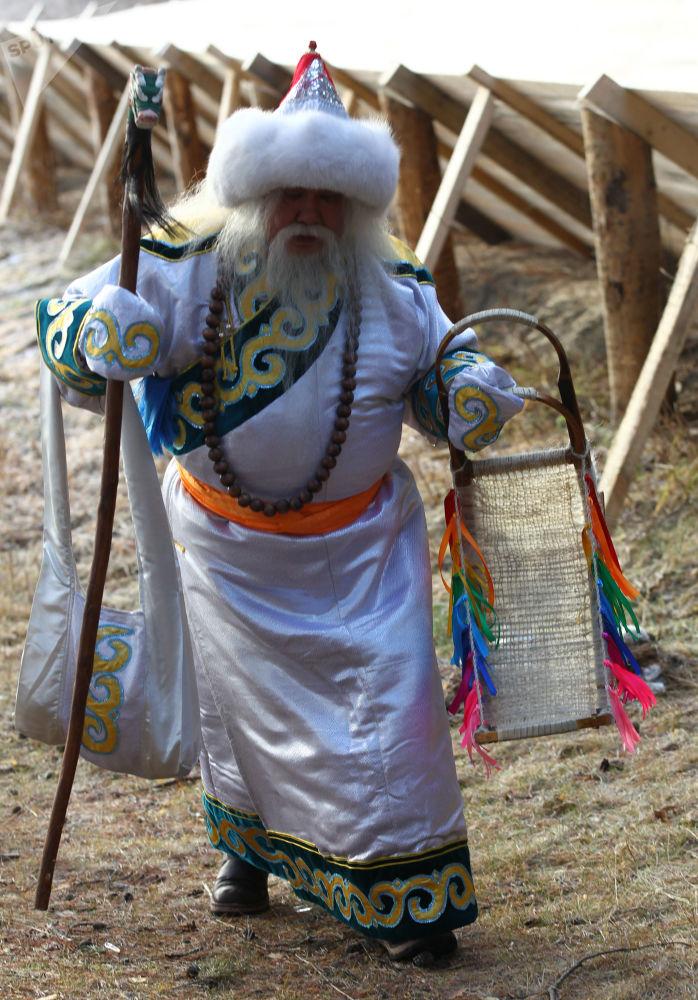 بابا نويل من بورياتيا، المنطقة الفيدرالية السيبيرية، خلال الاحتفال برأس السنة في مدينة فيليكي أوستيوغ في منطقة فولوغدا