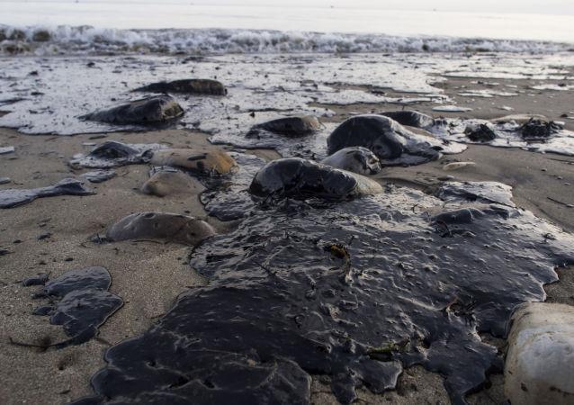 تسرب النفط على شواطئ كاليفورنيا