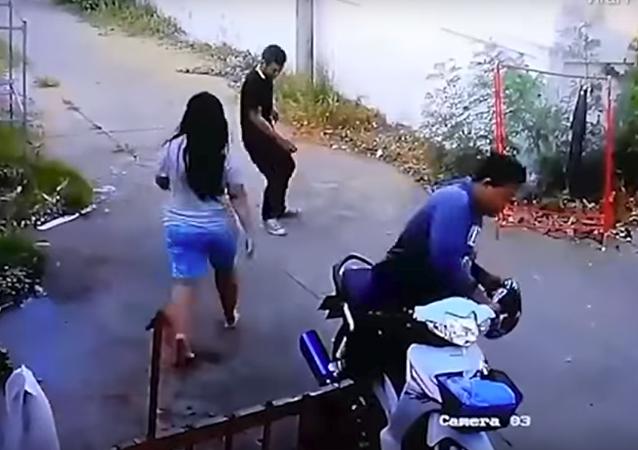 امرأة عاد زوجها مخمورا