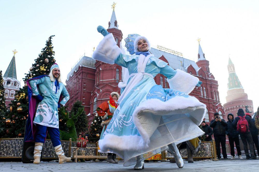 الفنانون خلال مهرجان عيد الميلاد في موسكو