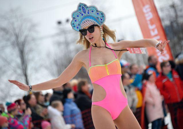 مشاركة في استعراض تزلج في ثياب السباحة في سوتشي