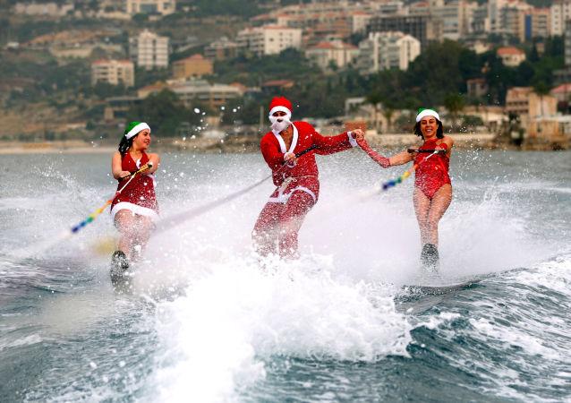 الشباب يتزلجون في لباس سانتا كلاوس في خليج جونية، لبنان