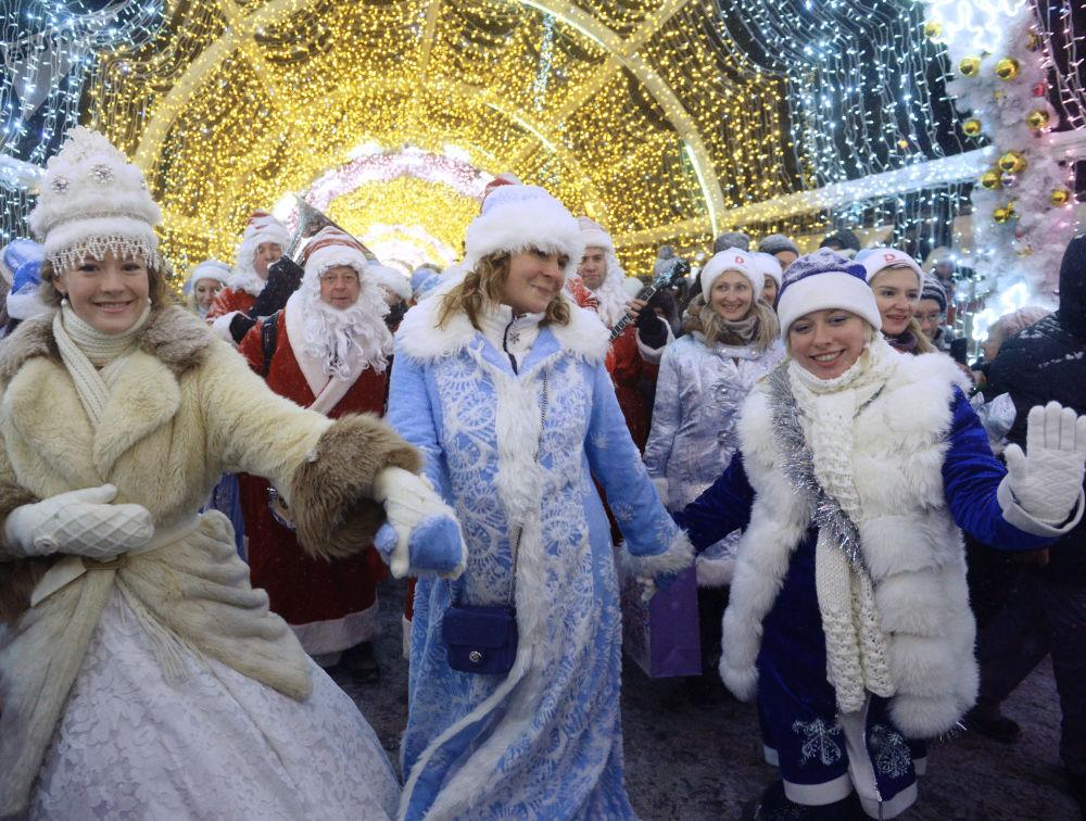 المشاركون في مسيرة حفيدات بابا نويل في موسكو