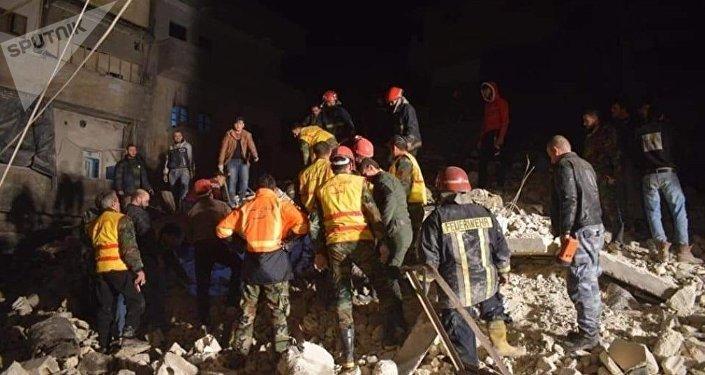 انهيار مبنى سكني بحي الصالحين في حلب
