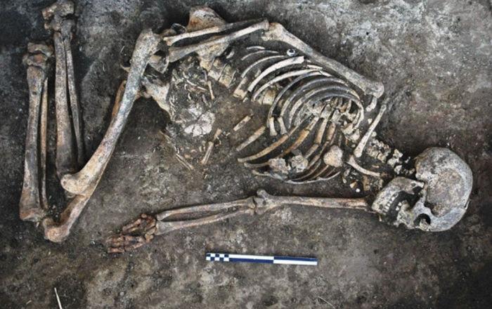 """""""قد يكشف عن حقائق مروعة""""… العثور على جثة من العصر الحديدي مقيدة اليدين.. صور"""