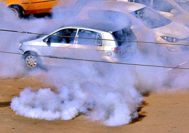 قوات الأمن السودانية تطلق الغاز المسيل للدموع لتفريق المتظاهرين السودانيين خلال الاحتجاجات المناهضة للحكومة في الخرطوم