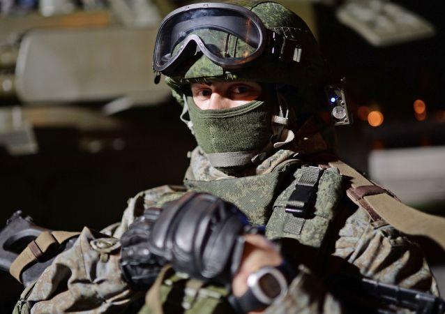 عسكري يحضر مهرجانا عسكريا في موسكو