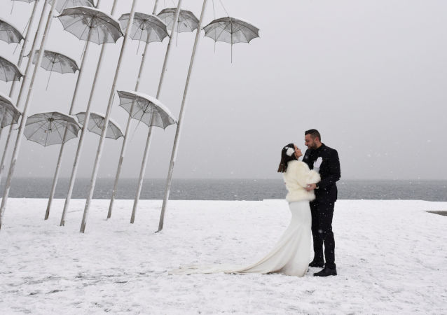 فصل الشتاء حول العالم - متزوجان جدد في اليونان، 4 يناير/ كانون الثاني 2019