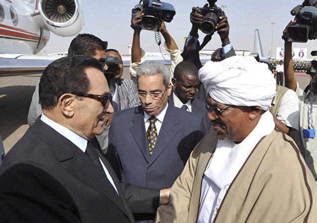 البشير يستقبل مبارك في الخرطوم