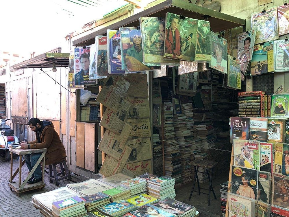 مجلات وصحف قديمة في سور الأزبكية لبيع الكتب القديمة بالقاهرة