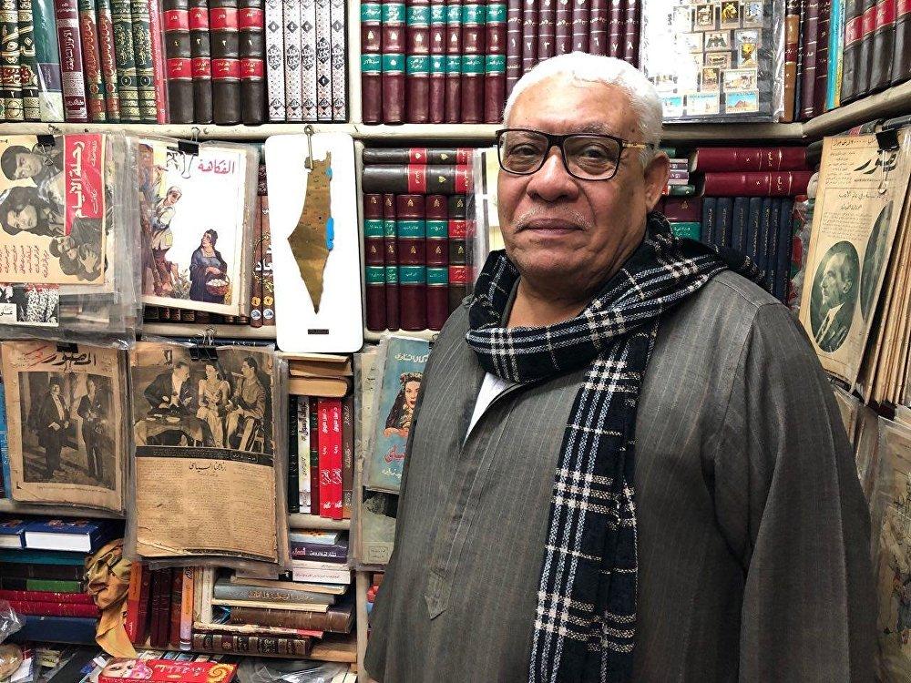 بائع كتب قديمة في سور الأزبكية بوسط القاهرة