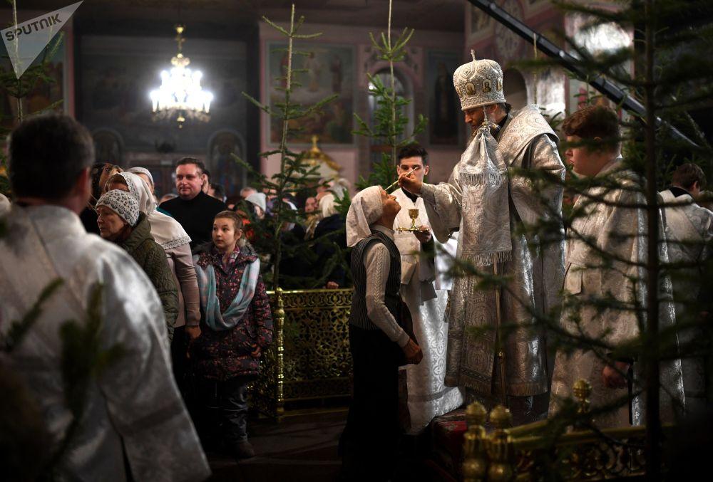 مطران منطقة نوفوسيبيرسك وبيردسك ، نيكوديم، أثناء خدمة عيد الميلاد المجيد في كاتدرائية فوزنيسينسكي في نوفوسيبيرسك الروسية