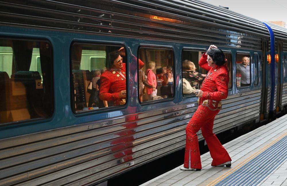 أحد المعجبين بالمغني إلفيس بريسلي ينتظر الصعود إلى القطار Blue Suede Express في المحطة المركزية في سيدني، أستراليا ، في 10 يناير/ كانون الثاني 2019. وذلك لإحياء مهرجان إلفي بريسلي السنوي