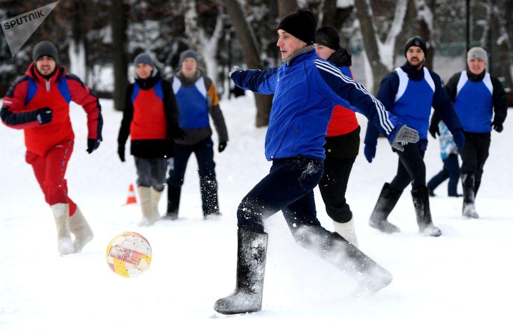 المشاركون في مباراة كرة القدم في حديقة غوركي في قازان الروسية