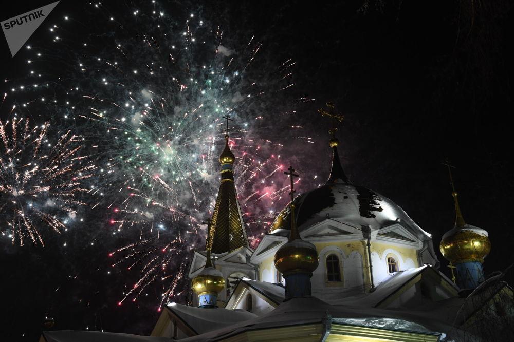 ألعاب نارية بمناسبة عيد الميلاد المجيد في نوفوسيبيرسك الروسية