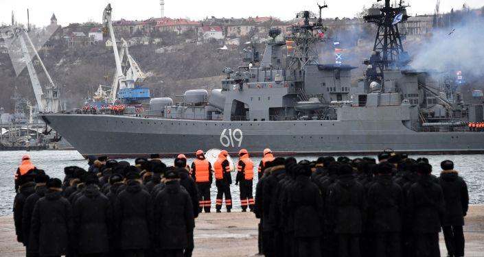 السفينة الكبيرة المضادة للغواصات التابعة للأسطول الشمالي سيفيرومورسك تصل ميناء سيفاستوبل، القرم