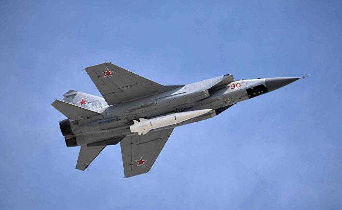 طائرة ميغ-31  تحمل صاروخ كينجال الأسرع من الصوت