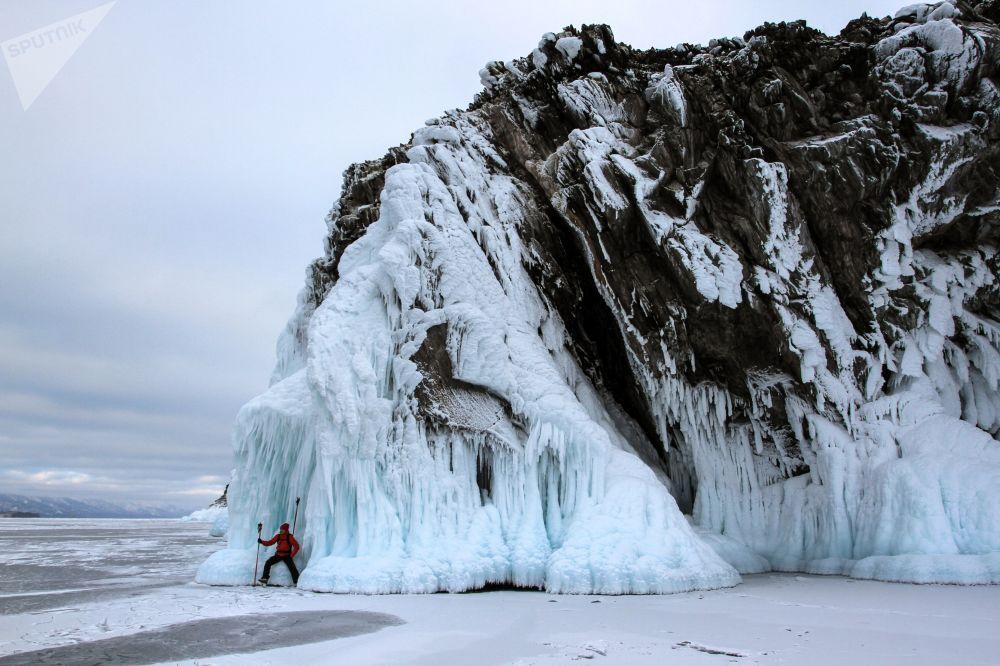 سائح يتزلج على بحيرة بايكال